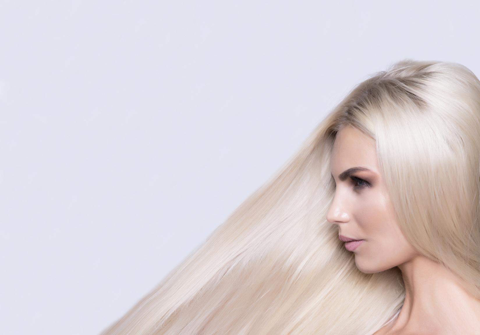 Którą farbę blond wybrać do włosów ciemnych?